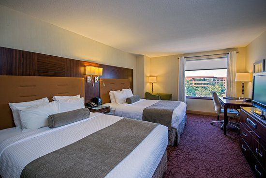 Wauwatosa, WI: 2 Queen Beds- Crowne Plaza Milwaukee West