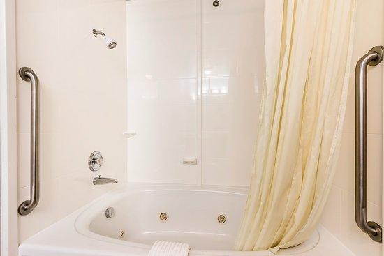 Comfort Suites: Bathtub in St.Charles Suite
