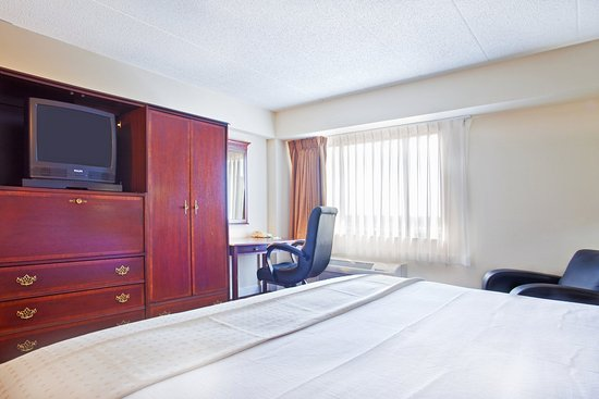 Rolling Meadows, IL: King Bed Guest Room