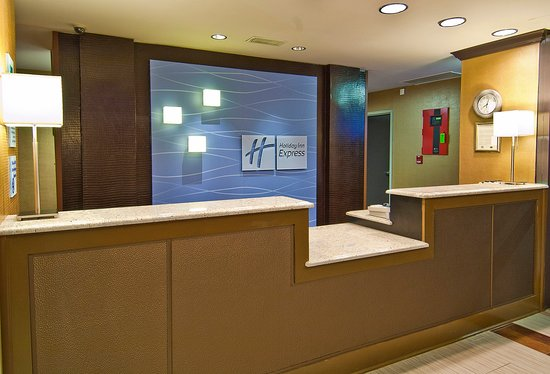 Holiday Inn Express Olive Branch: Front Desk