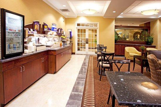 Holiday Inn Express Columbus at Northlake: Breakfast Bar