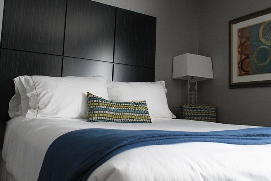 Janesville, WI : All New Rooms with our Holiday Inn Express Bedding Package