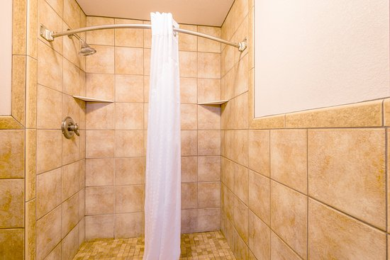 Raton, Nuevo Mexico: Guest Bathroom with walk-in shower in the Ambassador Suite