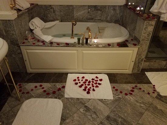 Farmington, PA: Rose Petal Scented Bath Draw