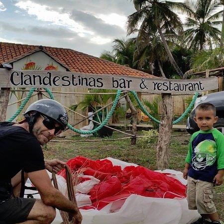 El Transito, Νικαράγουα: Aliñando su parapente