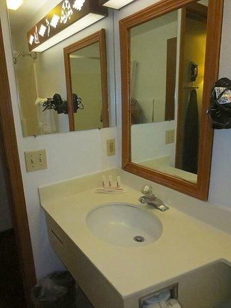 Super 8 Santa Fe: bathroom sink