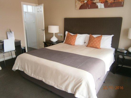 Sundowner Motel Hotel: Big king bed and modern decor.