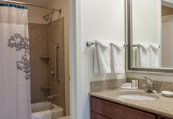 Bedford Park, IL: Suite Bathroom