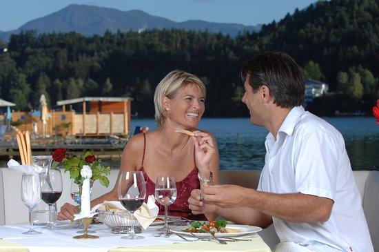 Sankt Kanzian, Austria: Abendessen auf der Seeterrasse