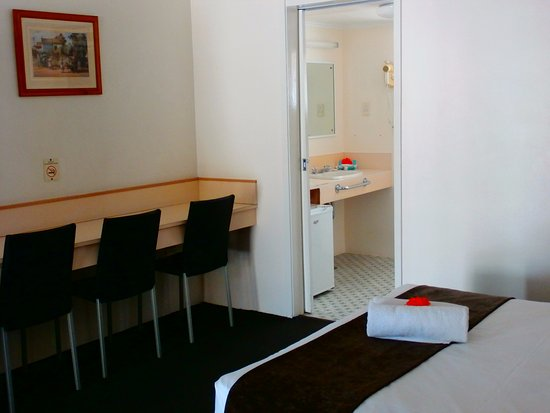 Oscar Motel Bundaberg: Picture of our standard twin room showing the kitchen