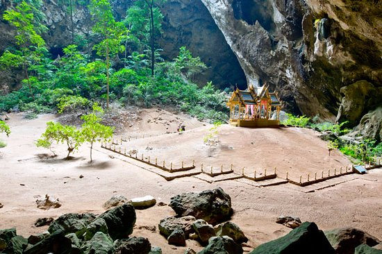 Sam Roi Yot, Tailandia: The 200 yrs old Buddhist temple within