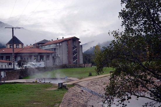 Lobios Caldaria Hotel: Piscina pública de aguas termales a orillas del Río Caldo, cerca del hotel.