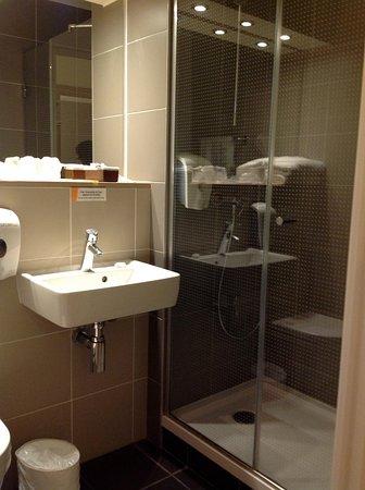 Premiere Classe Roissy - Saint Witz : salle d'eau