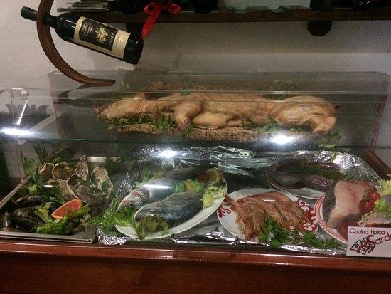 La locanda del Sardo: Vetrina con pesce in esposizione