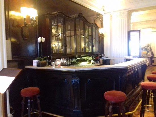 Olinda Rio Hotel: Esta barra antigua en el bar es lo más bonito, lo difícil es encontrar alguien que te atienda