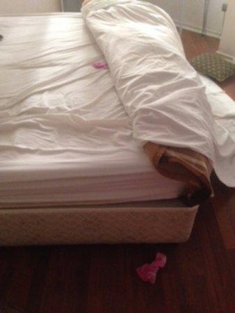 Andes Hostel: Cama sucia, con sábanas usadas por otros huéspedes y ropa interior dentro.