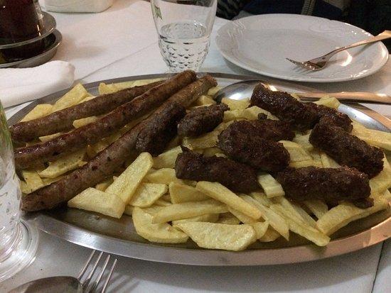 Buje, Croatia: I bambini, nonostante siano tre, non sono riusciti a finire la grigliata.
