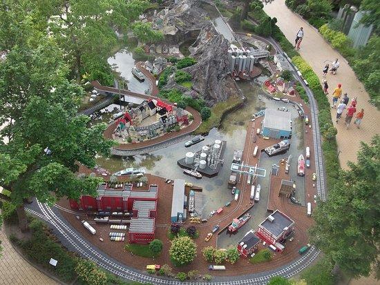 Legoland Billund: Vanuit een rond draaiende toren kan je het park overzien.