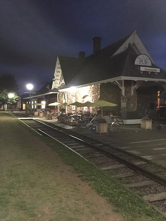 Kensington, Kanada: Island stone Pub outdoor terrace in the evening