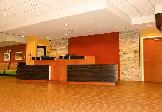 Fairfield Inn & Suites Toronto Mississauga: Front Desk