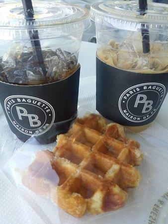 Cerritos, Kalifornia: Iced Americano and Iced Caramel Latte with Sweet Cream Belgian waffle. Sooo good!