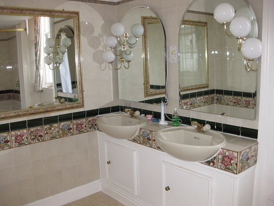 Abbotsbury, UK: His and hers washbasins in the Charlotte Room