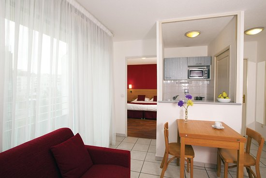 Sejours & Affaires Apparthotel  Lyon Park Lane : Appartment - Balcony and table