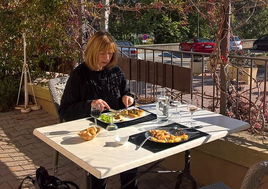 Beaumettes, France: Lunch on the terrace in November