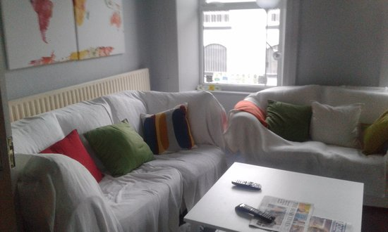 Portree House: The lounge,cosy and warm,with newspapers,a flat-screenTV and you can help yourself to tea and co