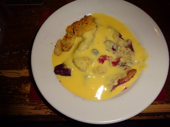 Coombe Bissett, UK: Apple & Berry Crumble with Custard