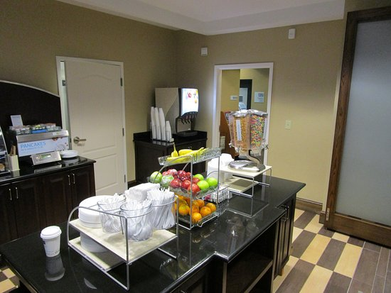 West Jefferson, NC: Hotel Lobby-Express Start Breakfast