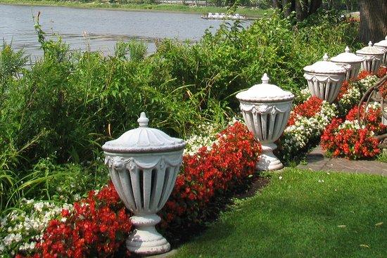 Vaudreuil-Dorion, Kanada: Fleurs bégonia et sculptures sur le bord du lac des Deux Montagnes