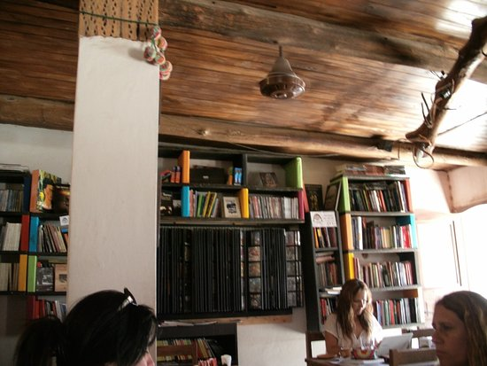 Estanteras con libros Picture of Makoka Cafe Bar Tilcara