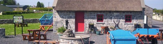 Claremorris, ไอร์แลนด์: Traditional Thatched Cottage.