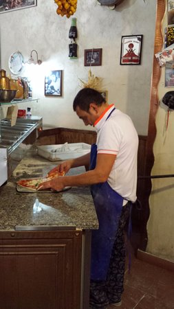 I Buongustai: Employee making pizza
