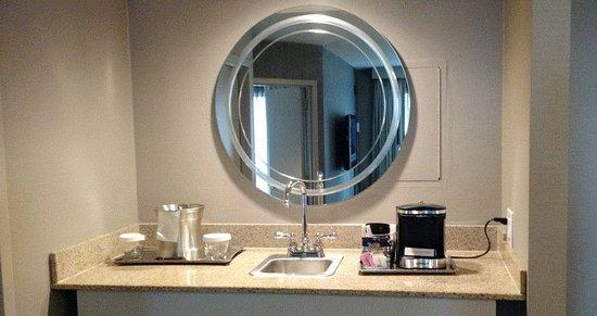 Hilton Chicago/Magnificent Mile Suites: Sink/Bar