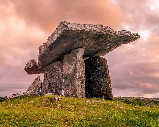 County Clare, Irlanda: The Dolman in the Burren