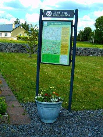 Claremorris, Irlanda: Mapboard showing route of Clogher Bog Loop Walk.