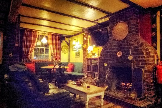 Halland, UK: Cozy bar/dining area