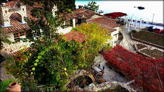 Balchik, Bulgaria: Вид из сада на набережную.