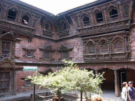 Kumari Chowk: Guardiano alla finestra dove si affaccia la Kumari