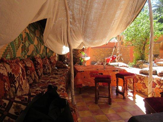 Maison d'hotes Anissa: Outside eating area.