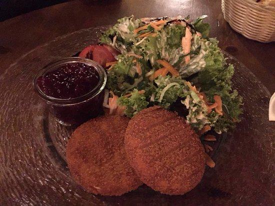 Bensheim, Jerman: Sehr gemütliches Beisammensein am Abend mit Freunden bei einem leckeren Salat und guten Wein