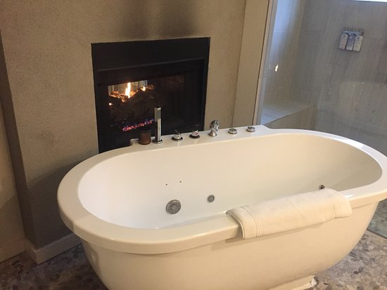 Kyle, TX: Fabulous soaking tub with lovely fire!