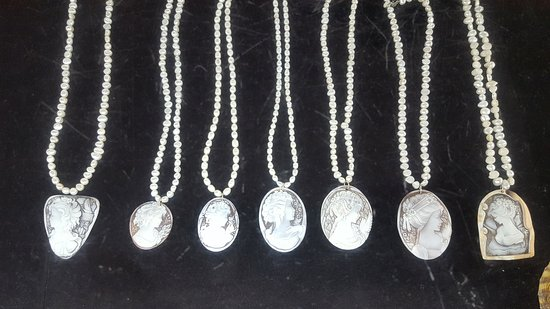 Coxen Hole, Honduras: Many different types of pendants