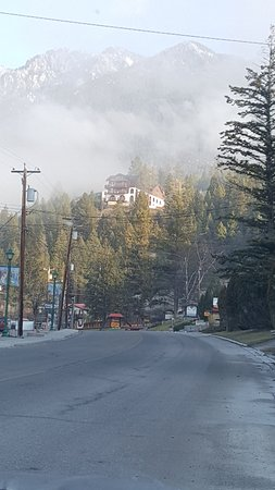 Radium Hot Springs, Canada: view of the Motel from the street