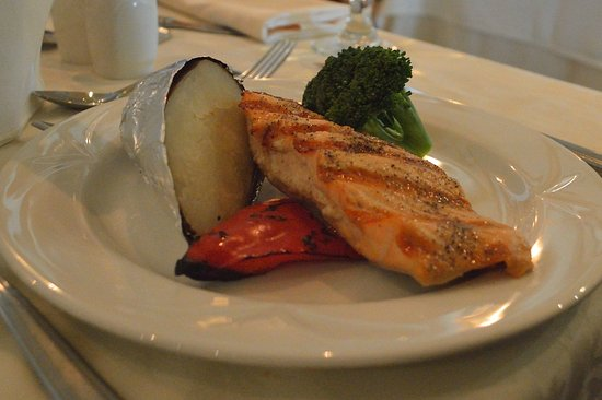 Vaudreuil-Dorion, Canadá: The salmon choice for the summer BBQ menu. Half a baked potato plus one broccoli floret and a pe