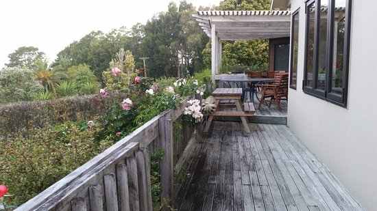 Whangaparaoa, Новая Зеландия: Coastal Views deck