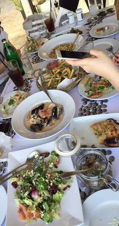 Plaka, Grecia: table full of yummies