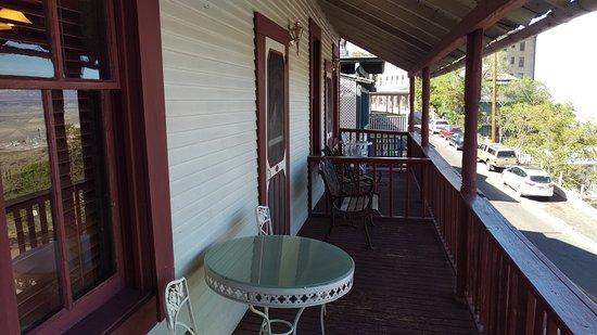 Ghost City Inn: Porch view